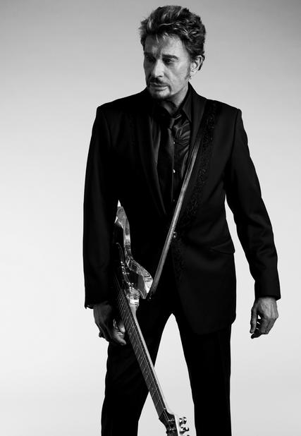 photo johnny hallyday debout avec une guitare