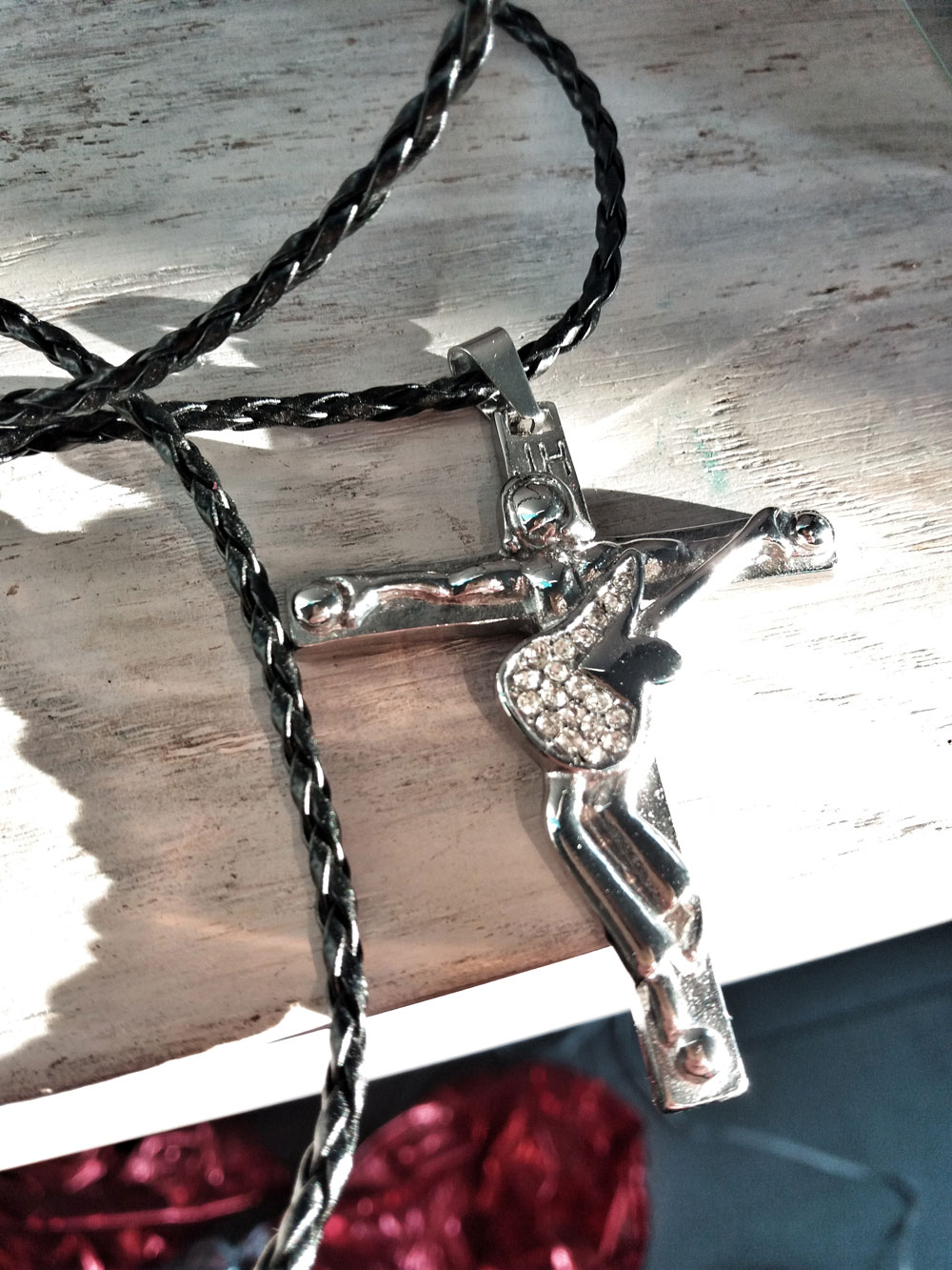 pendentif-collier-johnny-hallyday-guitare-ange-jesus-crucifix